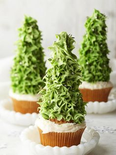 Christmas Tree Cupcakes: Use an ice cream cone to create the tree! How Clever!!