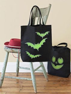 How to make glow-in-the-dark trick-or-treat bags #Halloween