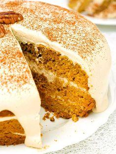 TORTA DI CAROTE E NOCI ALLO ZABAIONE Che meraviglia questa Torta di carote e noci allo zabaione. Bellissima da vedere, buona da gustare.  A tavola chiederanno il bis! #tortadicarote #tortaallozabaione