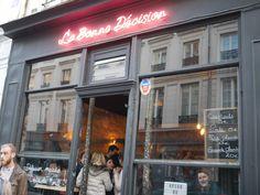 La devanture du bar la Bonne Décision au tout début de la rue Oberkampf dans le 11ème arrondissement de Paris.  #apero #bar #paris