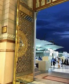 A beautiful picture of door of masjid al nabawi Masjid Al Nabawi, Masjid Haram, Islamic Images, Islamic Pictures, Islamic Art, Monuments, Mecca Kaaba, Mecca Islam, Medina Mosque