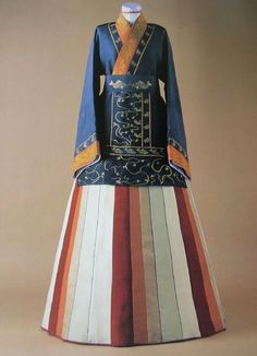 The Korean traditional garmet is the Joseon-ot. Originating in the ancient Goguryo of the Three-kingdoms. Its design and variety has been fairly steady from medieval to modern times, differing only based on the season or gender of the wearer. Korean Hanbok, Korean Dress, Korean Outfits, Korean Traditional Dress, Traditional Dresses, Folk Costume, Costumes, Fashion Books, Mode Inspiration