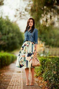Falda midi abstracta, combinación con blusa de mezclilla y zapatilla nude