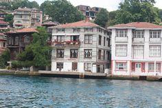 Bogaz yalilari - kalan ahsap olanlardan. Anadolu yakasi, Istanbul. Waterside mansions along the Bosphorus - a few of the remaining wooden constructions. Anatolian side, Istanbul