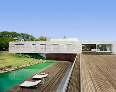 This is a getaway house erected in the city of Piracicaba, away from Sao Paulo. Getaway House in Piracicaba by Isay Weinfeld Residential Architecture, Interior Architecture, Outdoor Water Features, Pool Fountain, Cool House Designs, Prefab, Minimalist Home, Interior Decorating, Interior Design