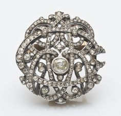 Diamond brooch in 18k yellow gold and silver, openwork, with rose-cut diamonds, center cushion cut diamond. Late 19th century. Length: 2.8 cm Gross weight: 16.5 g