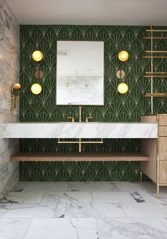 Summary of characteristics of the art deco interior design and example of Art Deco bathroom and brass or color. Here& how to get an elegant art deco bathroom perfectly into the current trend in interior architecture. Art Deco Bathroom, Bathroom Goals, Bathroom Ideas, Bathroom Green, Master Bathroom, 1950s Bathroom, Gold Bathroom, Master Baths, Bathroom Modern