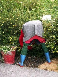 Great ideas for designing small gardens Garden Yard Ideas, Diy Garden Projects, Garden Crafts, Diy Garden Decor, Outdoor Projects, Scarecrows For Garden, Small Yard Landscaping, Garden Whimsy, Garden Ornaments