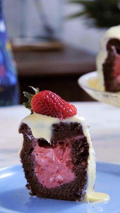 Que tal um bolo de chocolate com recheio de sorvete e uma deliciosa cobertura de chocolate branco? Esse é o maravilhoso bolo napolitano!