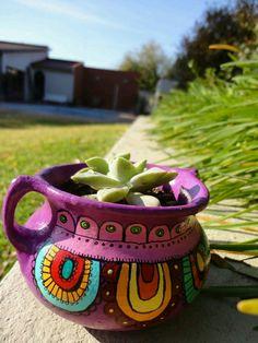 Macetas pintadas * Suculentas Painted Plant Pots, Painted Flower Pots, Pottery Painting Designs, Pottery Designs, Flower Pot Art, Clay Pot People, Pot Jardin, Mosaic Pots, Clay Pot Crafts