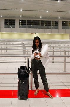 Kim Kardashian wearing Louis Vuitton Damier Canvas Pegase 60 Rolling Suitcase in Graphite Elizabeth and James Artist Shirt in White Hermes Constance Reversible Belt Sam Edelman Gisela Gold Sandals. Kim Kardashian At the Airport in South Africa July 15 Casual Chic Outfits, Travel Chic, Travel Style, Nice Travel, Kim Kardashian, Hermes Constance, Airport Style, Airport Outfits, Airport Fashion