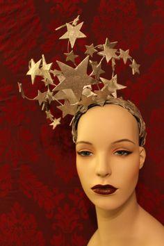 ** Auf Bestellung ** Dies ist ein Kopfschmuck für einem 30er Jahre Showgirl oder eine gal ab 2013, gefangen im Körper der 1930er Jahre Tänzerin fühlt sich fit. Und wir alle gelegentlich nicht... Schichten von schönen glitzernden Silber Leder Sternen sind sorgfältig an Millinery Draht befestigt und dann sorgfältig an einem Stirnband befestigt. Jeder Stern ist Hand schneiden und doppelt geschichtet. Jede Seite des Sterns ist Hand in Silber lackiert und verziert mit Silber Glitter, also je…