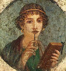 Sappho oder Schülerin mit einem Wachstablett, aus Herculaneum. Der Goldreif war typisch zur Zeit Neros.Römisches Reich – Wikipedia