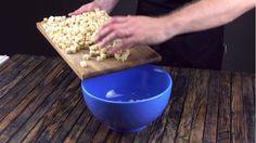 Zaczynamy od pokrojenia chleba w kostkę. Wrzucamy całość do dużej miski,...