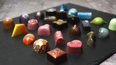 Fyldte chokolader med passionsfrugtganache - opskrift på fyld og dekoration Chocolate Making, How To Make Chocolate, Slik, Christmas Journal, Yummy Treats, Candy, Snacks, Desserts, Food