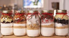 jar cookie mix recipes I jar cookie gifts I jar desert recipes 16 Oz Mason Jars, Mason Jar Meals, Meals In A Jar, Mason Jar Cookie Recipes, Mason Jar Cookies, Jar Recipes, Cookies In A Jar, Cookie Jars, Recipies