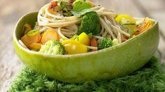 Dieses tolle Rezept holt den Sommer zurück: Gemüse-Spaghetti mit Petersilie und Sauerampfer | http://eatsmarter.de/rezepte/gemuese-spaghetti