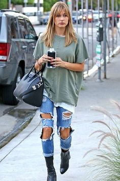 Hailey Baldwin casual streetwear with ripped jeans and faded baggy T-shirt Estilo Hailey Baldwin, Hailey Baldwin Style, Haley Baldwin, Fashion Mode, Look Fashion, Fashion Outfits, Fashion Trends, Fashion Edgy, Fashion 2018
