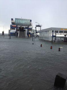 Op 5 en 6 december 2013 woedt er een storm die voor hoog water zorgt. Hoog water #Vlieland veerterminal (credits foto: @socks_two). #rederijdoeksen