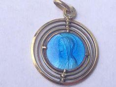 Maagd Maria of Lourdes Vintage blauwe emaille zilver religieuze religieuze medaille hanger aan 18 sterling zilver-rolo ketting, beschikt over een sterke kreeft-klauw gesp. Maatregelen 0,83 in diameter. Gold Filled.