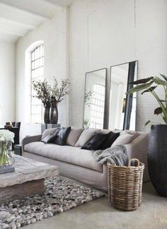 Salon ambiance nature chic, sol en béton ciré, miroirs | soft and naturel living room