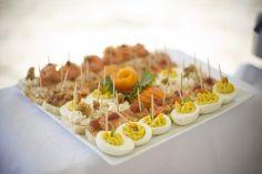 Gevulde eieren op een mooie schaal serveren