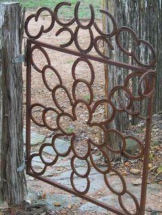 Ferraduras velhas transformadas em portão                                                                                                                                                                                 Mais