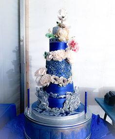 Sugar flowers and bas relief - blue and silver wedding cake - Art Sucré by Mounia