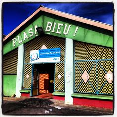 Plasa Bieu, the old market. The spot for a local lunch! We love the arepa di pampuna (pumkin pancakes) from Zus di Plaza. Wijk Punda, Willemstad Curacao.