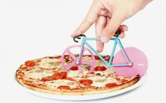 The fixie pizza cutter is a gadget any urbanite cyclist should own. Available in different colour combinations  its wheels are designed as knives and they look perfect to add a Cosmopolitan touch to your pizza & friends nights. + info http://good2b.es/en/gadgetsenglish/item/5885-fixie-pizza-cutter