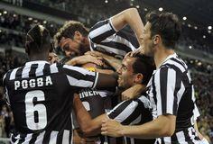 La festa bianconera dopo il gol di Padoin, sommerso dai compagni. Action Images