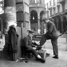 Un lustrascarpe a Torino negli anni cinquanta, mentre svolgeva il suo lavoro in Via Pietro Micca angolo Via Viotti