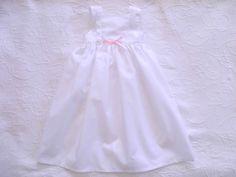 Cueiro branco com bordado Inglês e lacinho cor de rosa