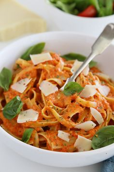 Creamy Roasted Red Pepper Pasta - Smoky roasted bell peppers add a delicious twist to traditional pasta sauce. So simple, no fuss and no-cook! Good Healthy Recipes, Veggie Recipes, Pasta Recipes, Vegetarian Recipes, Sausage Recipes, Pasta Cremosa, Roasted Red Pepper Pasta, Roasted Peppers, Food Porn