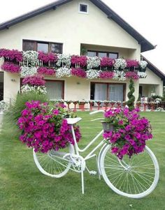 Cool 35 Relaxing Diy Bicycle Planters Design Ideas With Vintage Vibe To Try Asap Garden Yard Ideas, Garden Crafts, Diy Garden Decor, Garden Projects, Garden Art, Garden Design, Garden Totems, Garden Decorations, Glass Garden