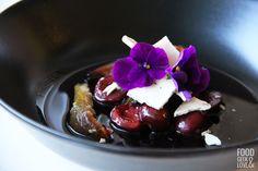 Cerises et figues pochées, meringue à l'hibiscus