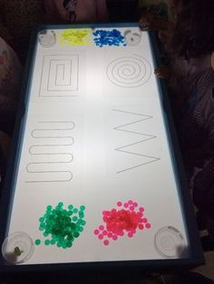 This is manipulative play because you need focus (hand eye coordination) to do this Montessori Activities, Kindergarten Activities, Reggio Emilia, Light Board, Sensory Table, Creative Play, Light And Shadow, Light Table, Fine Motor