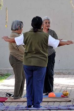 Nezahualcóyotl, Méx. 02 Agosto 2013. Hasta sesión de Tai Chi y yoga hubo dentro de la Jornada Multidisciplinaria en Apoyo a la Salud de la Mujer.