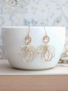 Etsy の Peach Wedding Earrings Peach Feather Earrings by Marolsha