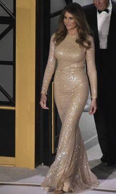 Os eventos da posse do presidente eleito dos EUA, Donald Trump, começaram na noite de quinta-feira, com um jantar de gala em Washington. Para a ocasião, Melania escolheu este vestido champanhe Reem Acra MANDEL NGAN / AFP