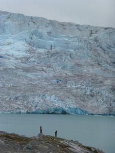 """Descripción: Desde el campamento Qaleraliq apreciaba estos frentes glaciares a los lejos, pero al acercarme para la caminata con crampones no pude dejar de recorrer la zona y en esta foto creo haber plasmado lo que llaman una muralla de hielo. Categoría: """"Exploración"""""""