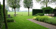http://www.tuindesign-ten-horn.nl Tuinarchitect - tuinontwerp. Klassieke - landelijke tuin met vrij uitzicht over weilanden in Limburg. Met strakke vijver en twee gezellige terrassen.