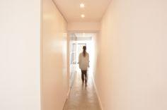 Casa em Fronteira; corredor; betão