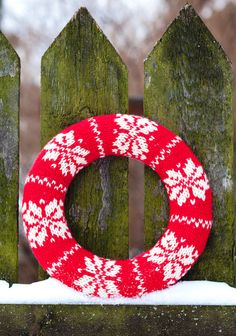 Neulottu kranssi SK 11-12/12. Knitted Christmas Decorations, Knit Christmas Ornaments, Knitted Christmas Stockings, Christmas Gnome, Christmas Knitting, Christmas Sweaters, Christmas Gifts, Free Knitting, Diy And Crafts