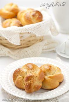 Brioche alla ricotta senza burro e olio. Soffici e deliziose, una ricetta facile da preparare. Si prestano a numerose farciture e si conservano per più giorni