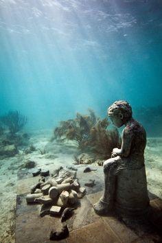 DENİZ ALTINDAKİ HEYKELLER Jason DeCaires Taylor çocukluğundan beri denize ve sanata tutkusu olan bir İngiliz. Bu iki tutkusunu deniz altında heykel kompozisyonları yaparak birleştirmiş ve masal gibi görüntüler ortaya çıkmış. Meksika, Cancun Kıyıları, Batı Okyanusu, Bahamalar ve daha bir çok farklı sahilde çalışmalarını sergileyen sanatçının eserleri hem ilk yapıldıkları anda hem de yıllar sonra mercan resifleri tarafından kaplandıktan sonra birbirinden farklı ve tuhaf bir hava yansıtıyorlar.