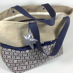 Cabas en lin, motif graphique et paillettes Costumes Couture, Diy Sac, Feed Bags, Jute Bags, Couture Sewing, Bag Patterns To Sew, Patchwork Bags, Fabric Bags, Cloth Bags