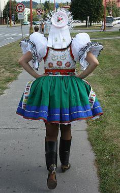 File:Kroj 22 svobodná žena zezadu.jpg - Wikimedia Commons