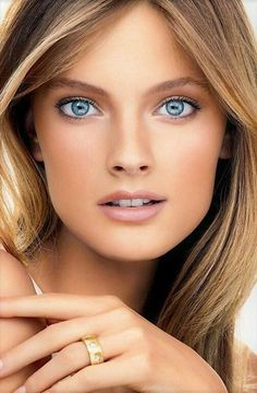 These are beautiful blue eyes! look like contact lenses to me Most Beautiful Eyes, Beautiful Blue Eyes, Stunning Eyes, Pretty Eyes, Cool Eyes, Beautiful Women, Girl Face, Woman Face, Portrait Photos