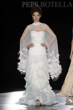 La capa, el complemento estrella para la temporada 2013 {vestidos de novias de Pepe Botella}